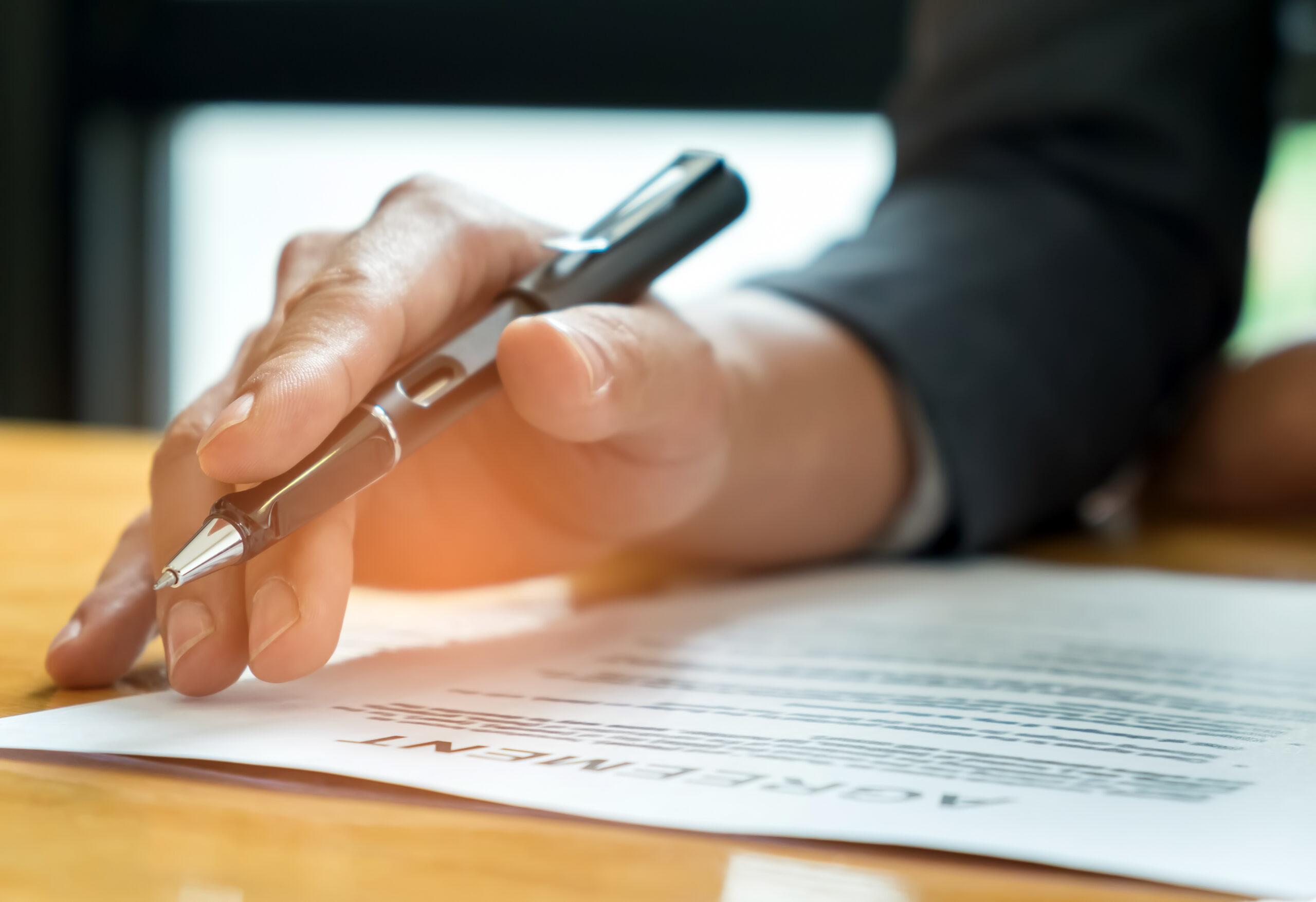mão com caneta