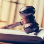 martelo tribunal em cima de livro