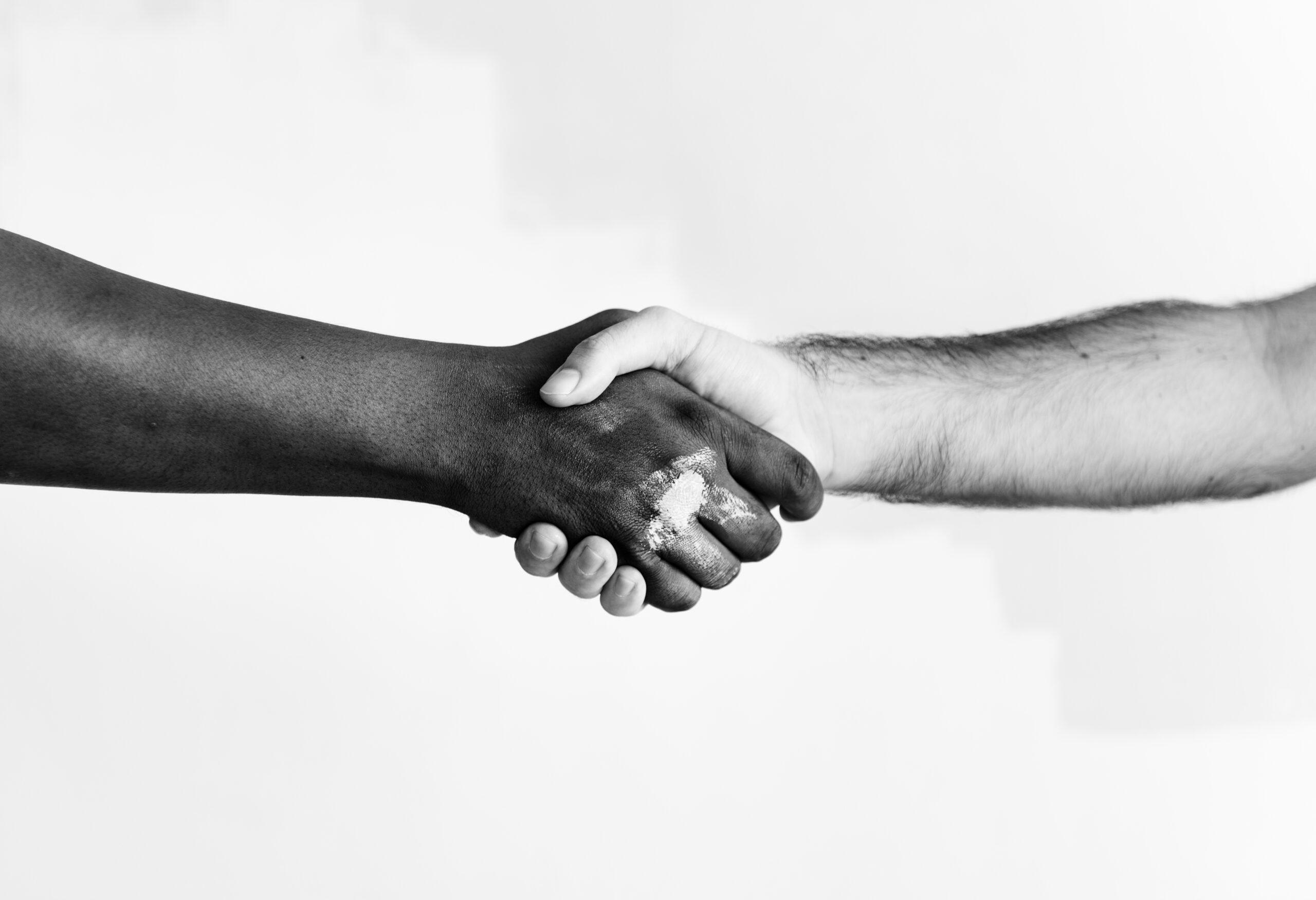 aperto de mão entre duas pessoas