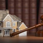 casa de madeira e martelo do tribunal