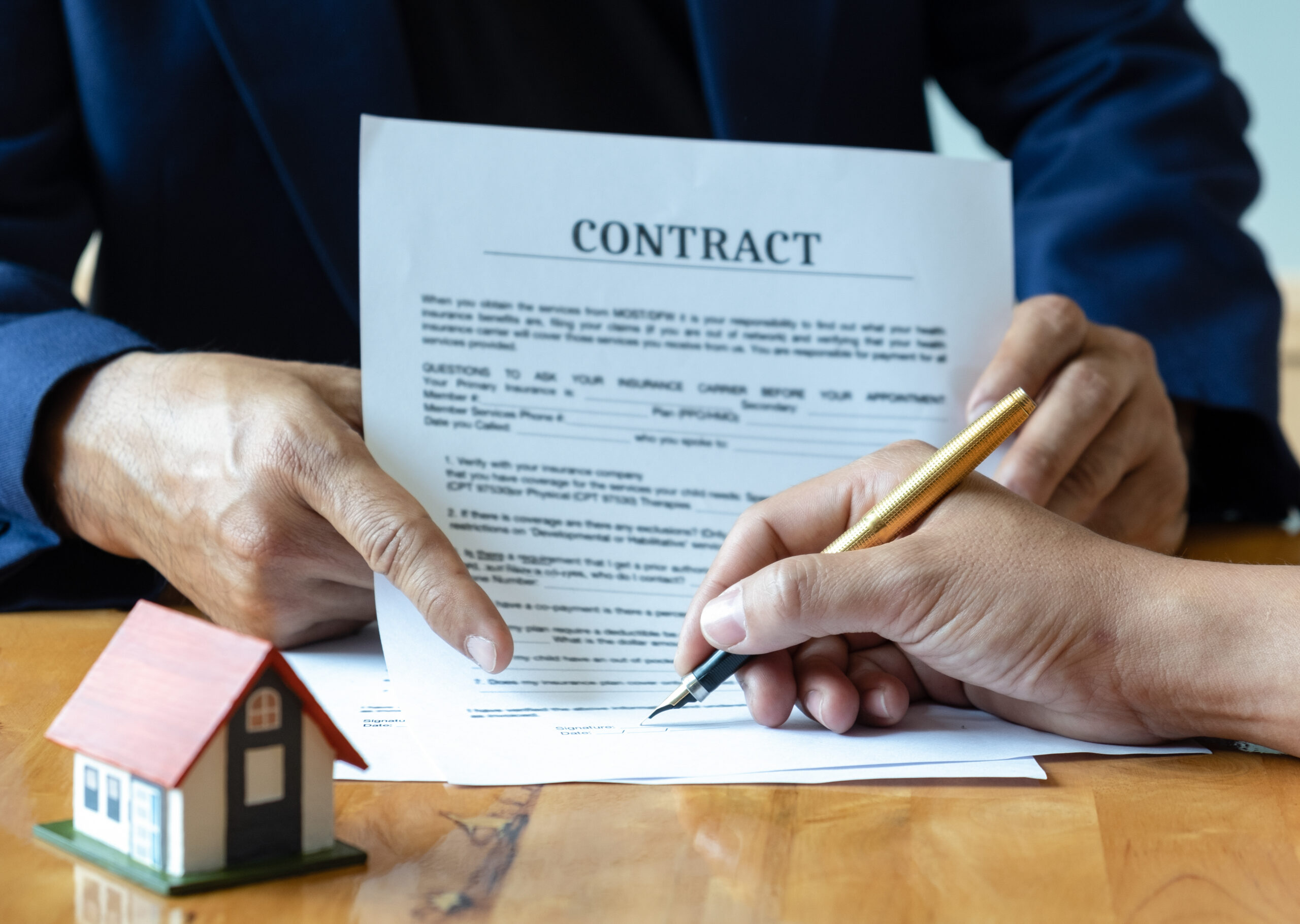 pessoa assinando contrato